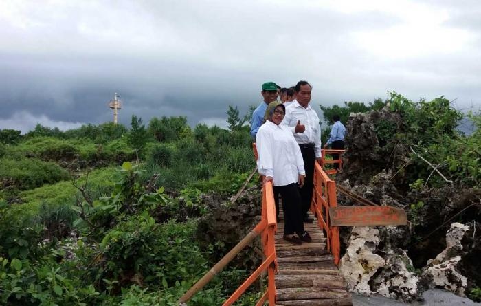 "Hj. Badingah, S.Sos saat berfoto di jembatan jalur cinta"" Taman Pantai"" di Pantai Buron/Foto: Achmad Z"