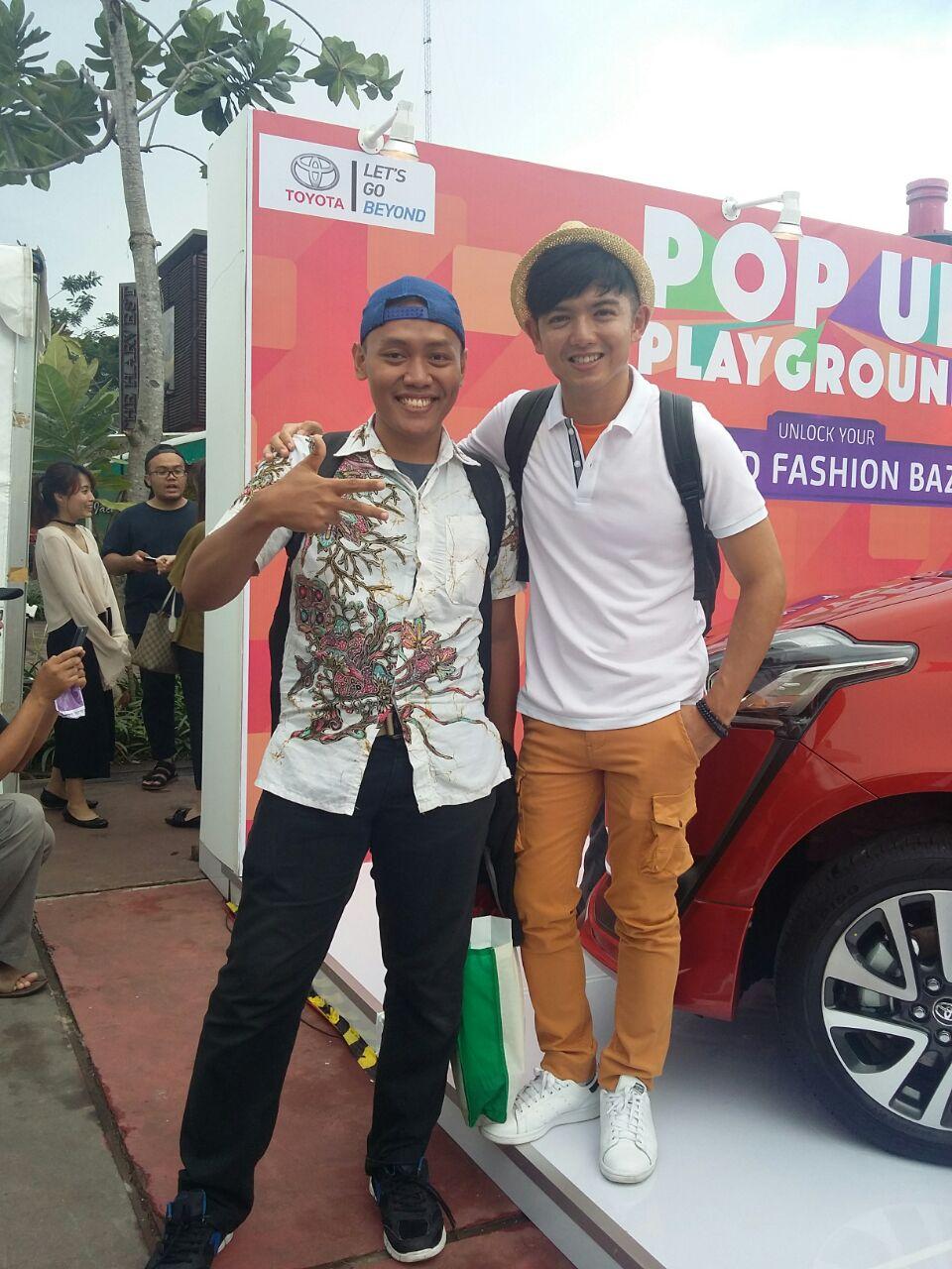 Foto bareng papa muda sekaligus MC Nicky Tirta di depan Photo Wall (dokpri)