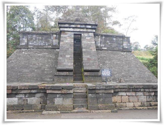 Bagian puncak Candi Cetho, pengunjung dilarang naik karena diberi pintu besi (Dokpri)