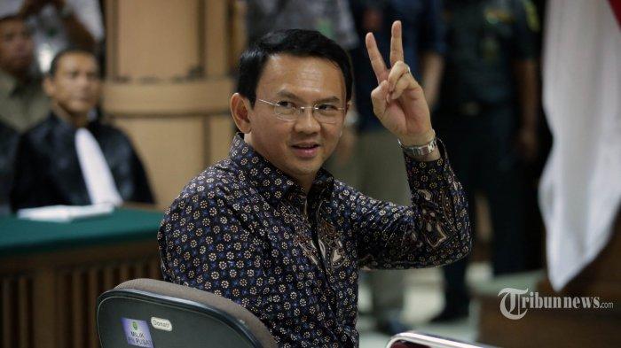 Ahok dengan dua jari Victory (Tribunnews.com)