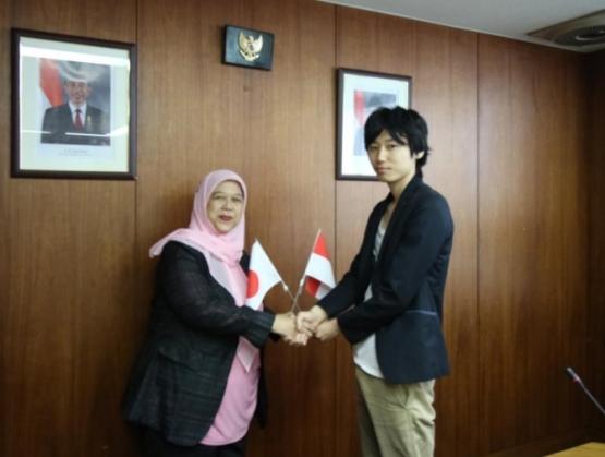 Taiki berfoto bersama Ibu Alinda F.M. Zain, Atase Pendidikan dan Kebudayaan RI di Tokyo setelah diumumkan sebagai pemenang Lomba Pidato Bahasa Indonesia untuk Penutur Asing.