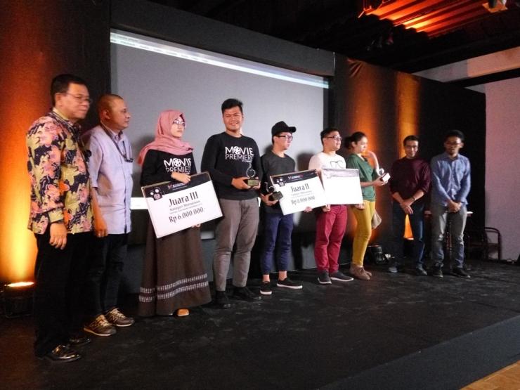 Para pemenang festival film pendek Indonesia (FFPI) 2016 dari kategori mahasiswa berfoto bersama setelah pengumuman dan screeing film pendek di Bentara Budaya jakarta, Palmerah, 2o Januari 2017 (dokpri)
