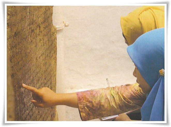 Epigraf Museum Nasional sedang membaca prasasti (Foto-foto: Prasasti Batu, Pembacaan Ulang dan Alih Aksara, Museum Nasional, 2016)