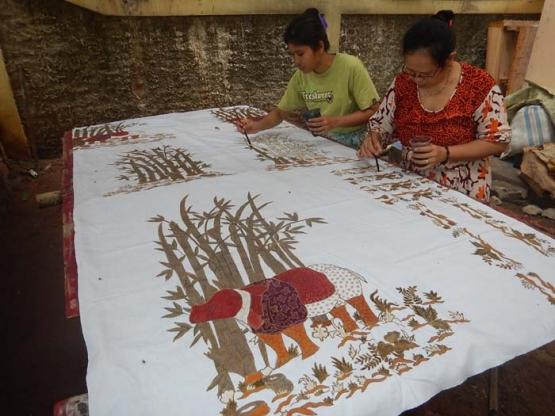 Pengerjaan Batik Etnik Tangsel di Galeri Sekar Purnama. (Foto: Gapey Sandy)