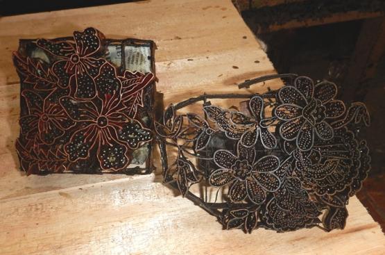 Alat cap batik dengan motif Anggrek van Douglas. (Foto: Gapey Sandy)