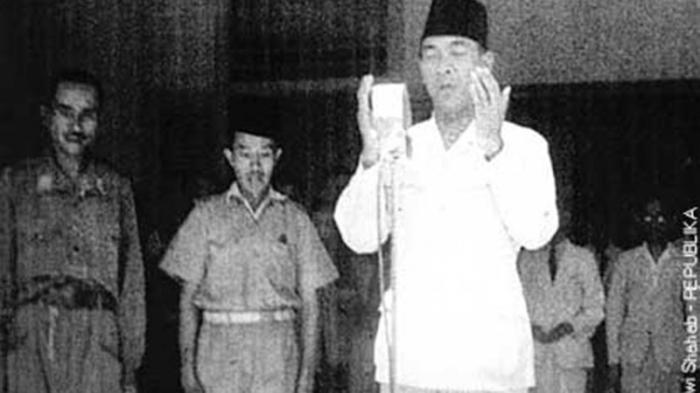 sukarno berdoa usai pembacaan proklamasi, ini foto yang baru pertama kali ini saya lihat (blog pesantrenbudaya)
