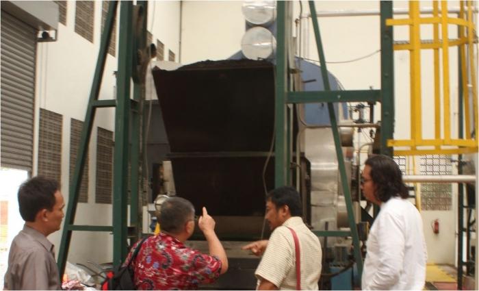 Nakamura menjelaskan teknologi hidrotermal di pabrik pengolahan sampah di Desa Medang yang menerapkan teknologi hidrotermal/Dokumen Pribadi