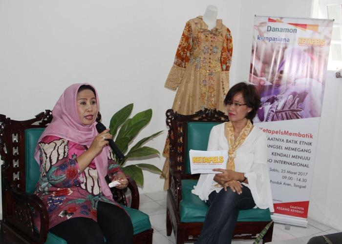 Nelty Fariza Kusmilianti (kiri), wirausahawan yang turut melahirkan dan mengembangkan Batik Etnik Tangsel. (Foto: Gapey Sandy)