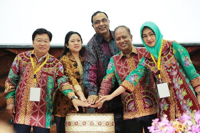 Walikota Tangsel Airin Rachmi Diany (paling kanan) mengenakan Batik Etnik Tangsel. (Foto: dikti.go.id)