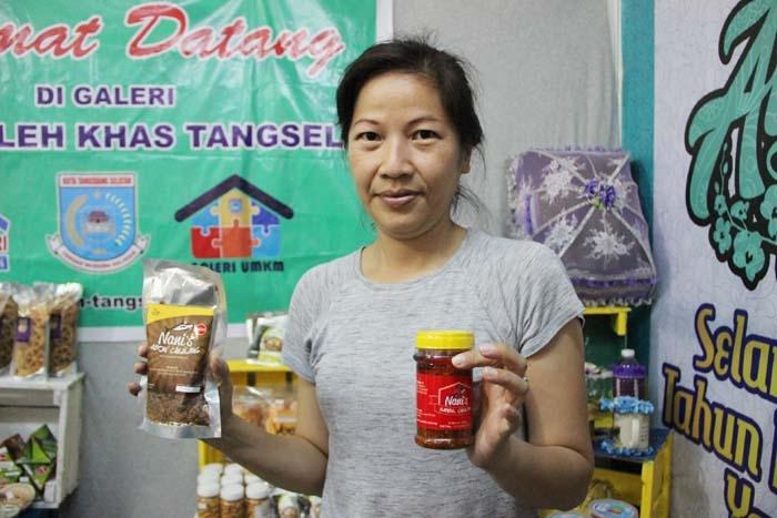 Handajani, wirausahawan Tangsel yang memproduksi Sambal Ikan Asap Cakalang dan Abon Ikan Asap Cakalang. (Foto: Gapey Sandy)