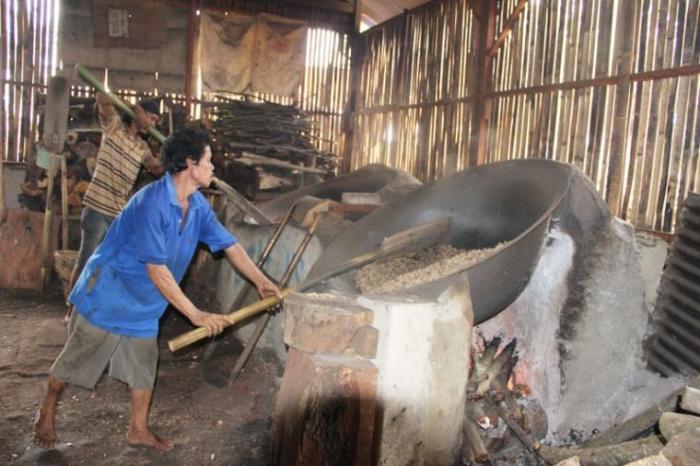 Industri Kacang Sangrai di Kecamatan Setu yang menjadi salah satu ikon usaha Tangsel. (Foto: Gapey Sandy)
