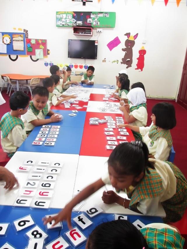 Kegiatan pengenalan huruf di salah satu sekolah