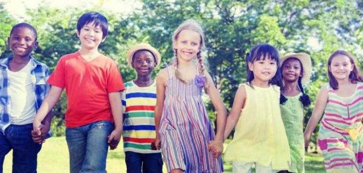 Anak-anak beragam latar bermain dalam persahabatan ( rawpixel.com -- shutterstock.com #316354160).