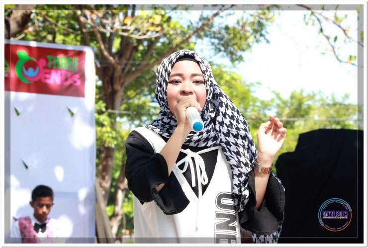 Seorang anak nyanyikan Jingle 3ENDS di Taman Bermain dan Olah Raga Anak Kabupaten Bantaeng (13/08).