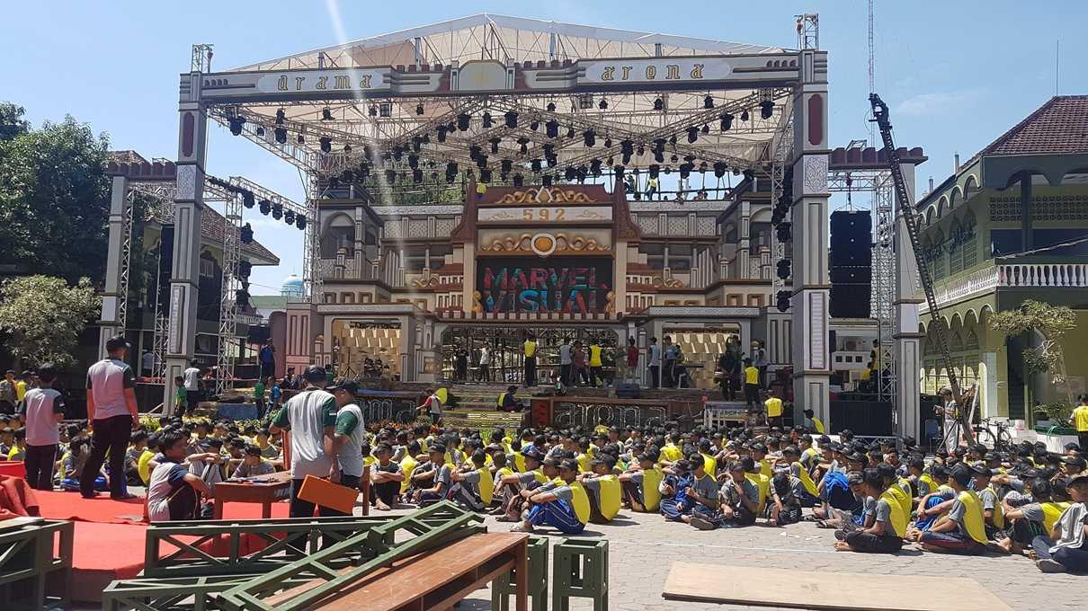 Santri kelas 5 KMI Gontor sedang mempersiapkan panggung Drama Arena, Kamis (17/8). (@iskandarjet)