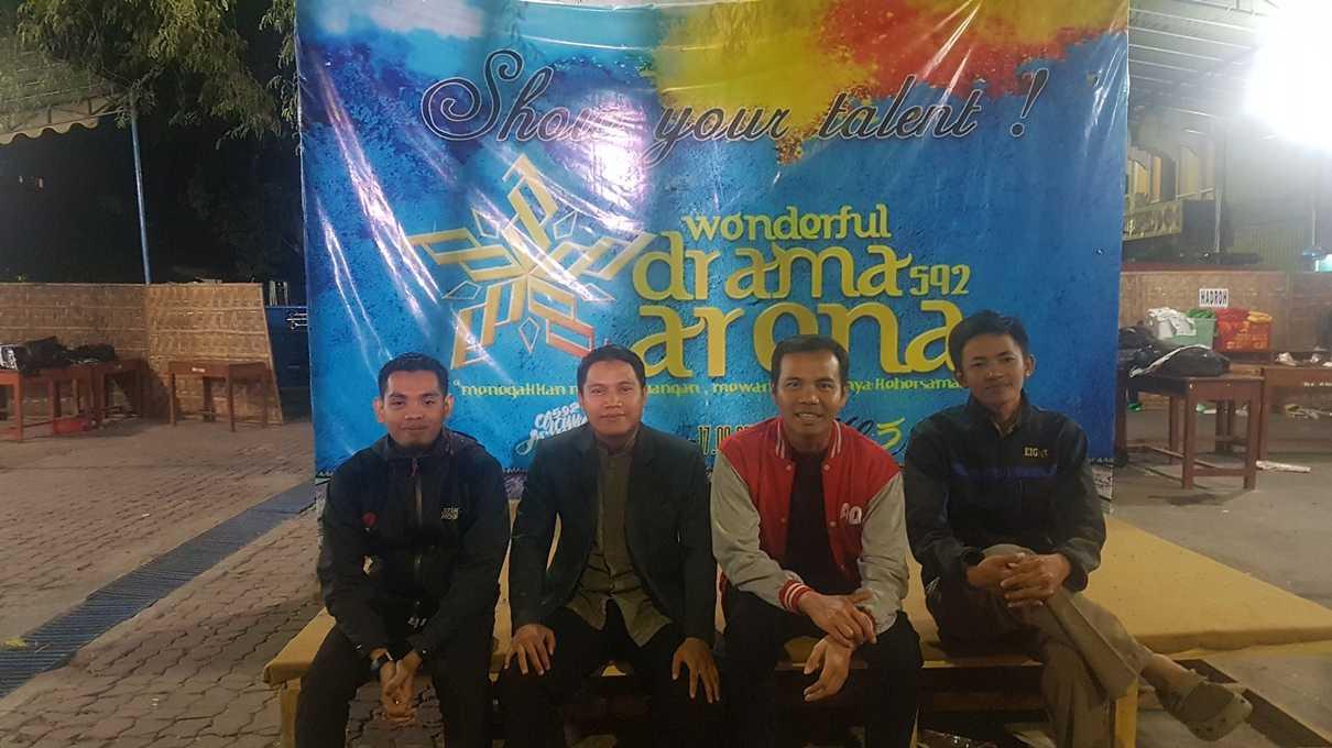 Foto bareng guru dan alumni Gontor di belakang panggung DA 592. Dari kiri ke kanan: Imam, Wahid dan Zaki. (@iskandarjet)