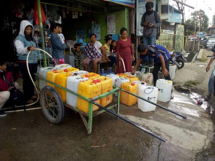 Karena tidak memiliki akses ke air bersih dan tidak adanya layanan air bersih di pemukimannya, penduduk terpaksa membeli air bersih dari pedagang gerobak air dengan harga yang lebih mahal. Orang miskin membayar jauh lebih mahal daripada orang kaya untuk jumlah air bersih yang sama. Sumber: matarakyatmu.com