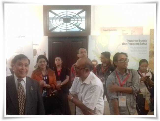 Judi Wahjudin dari Direktorat Pelestarian Cagar Budaya dan Permuseuman (baju putih) sedang memberi penjelasan kepada Prof. Sangkot Marzuki (Dokpri)