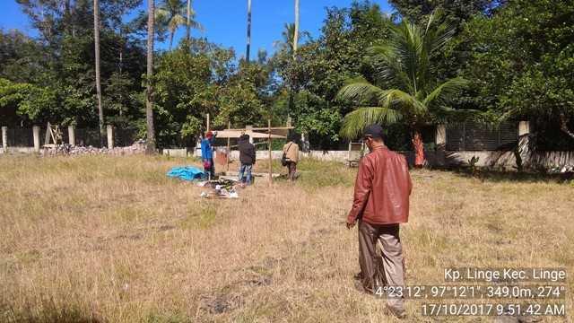 Penulis berada di lahan tanaman semangka yang baru ditanam (Dok: Pribadi)