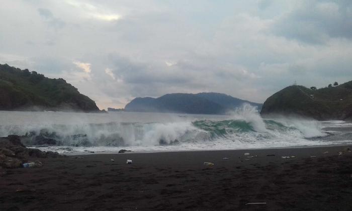 Sampah botol plastik berserakan di tepi pantai Teluk Love/Dokumentasi Pribadi