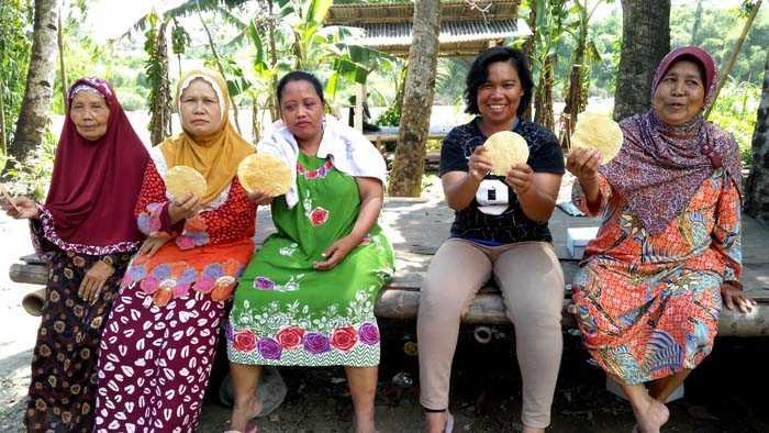 Sebagian ibu-ibu pembuat Opak Singkong di Kel Keranggan, Kec Setu, Tangsel. (Foto: Gapey Sandy)