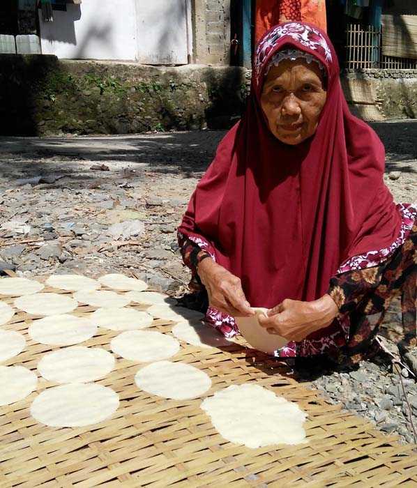 Rasi'ah, nenek pembuat Opak Singkong di Kel Keranggan, Kec Setu, Tangsel. (Foto: Gapey Sandy)