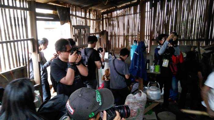 Peserta sibuk memotret di daour penyangraian kacang. (Foto: Gapey Sandy)