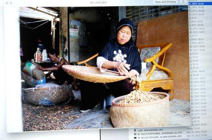 Karya terbaik peserta Lomba Fotografi di sentra produksi Kacang Sangrai. (Foto: Dok. Panitia Lomba)