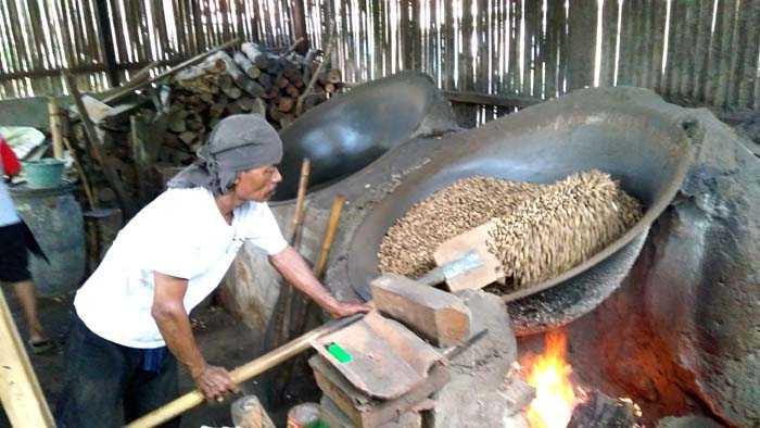 Penyangrai kacang kulit di Keranggan, Setu, Tangsel. (Foto: Gapey Sandy)