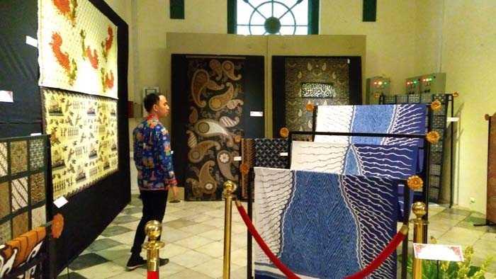 Seorang pengunjung melihat batik-batik yang dipamerkan oleh APPBI. Pameran batik ini berlangsung hingga 7 Januari 2018 di Museum Tekstil, Jakarta. (Foto: Gapey Sandy)