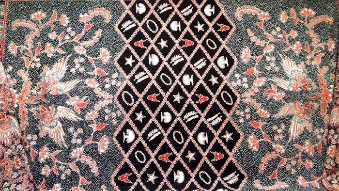 Batik Pancasila Sakti koleksi Putu Sulistiani dari Batik Dewi Saraswati, Surabaya. (Foto: Gapey Sandy)