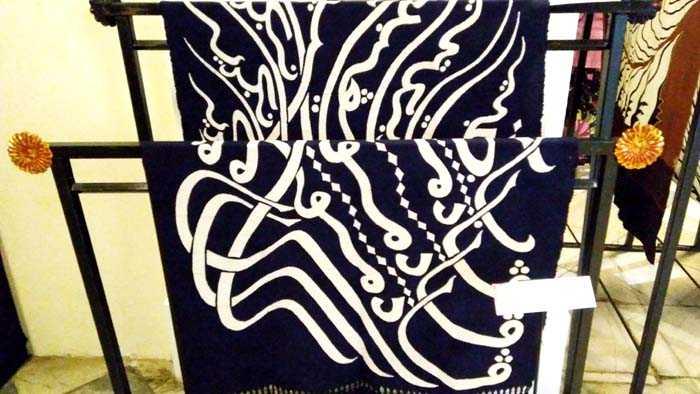 Batik Besurek (Lagu Padamu Negeri) koleksi Dudung M Romadhon dari Batik Dudung, Pekalongan. (Foto: Gapey Sandy)