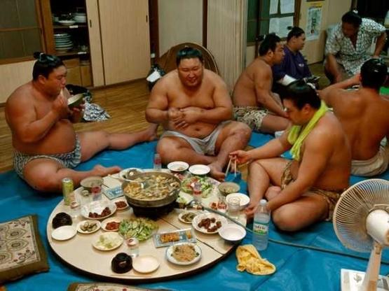 Sumo merupakan perpaduan kekuatan dan kedisiplinan termasuk tata cara makan yang didasarkan pada hirarki. Photo: 4.bp.blogspot.com