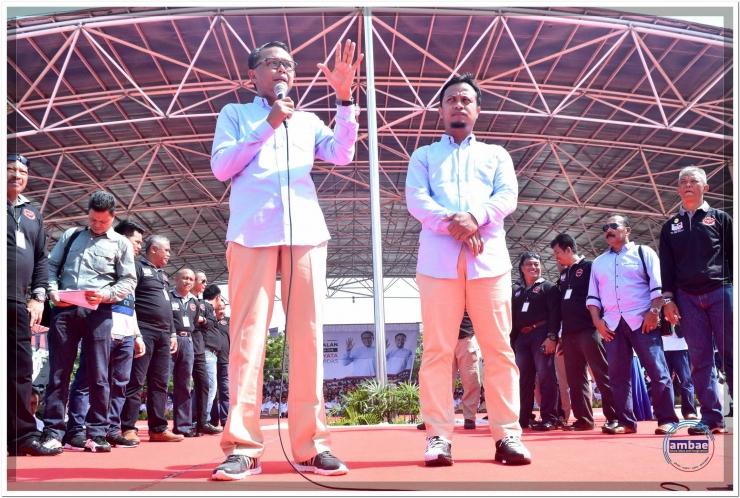 Nurdin Abdullah (kiri) bersama Andi Sudirman Sulaiman (kanan) berorasi saat Deklarasi di Lapangan Karebosi Makassar (22/10/17).