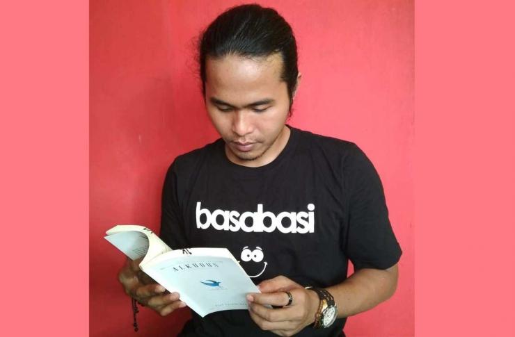 Dok. Pribadi_Junaidi Khab Sedang Membaca Alkudus Karya Asef Saeful Anwar
