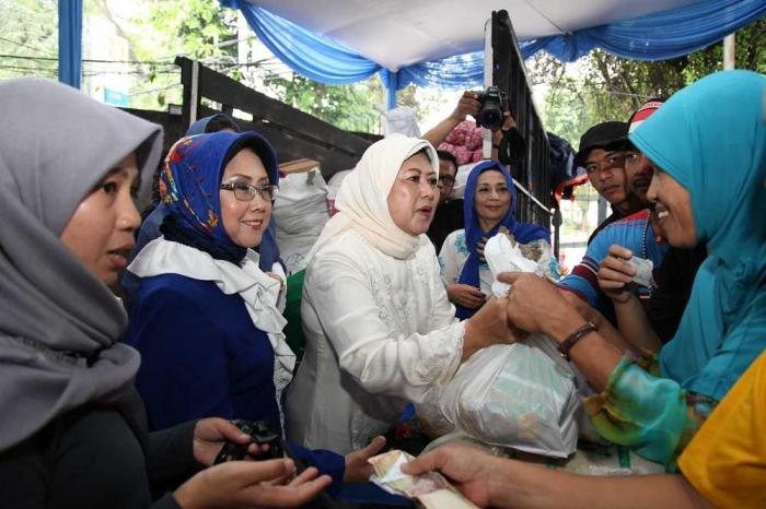 Ani Yudhoyono, ketika mengunjungi salah satu stand Pasar Murah Demokrat