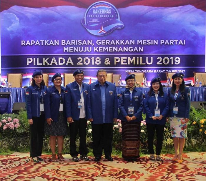 Ketua Umum Partai Demokrat Susilo Bambang Yudhoyono, Sekretaris Jenderal Partai Demokrat Hinca Pandjaitan, dan lima Srikandi Partai Demokrat foto bersama di Rapat Kerja Nasional di Mataram, Nusa Tenggara Barat (Sumber: Demokrat.or.id)