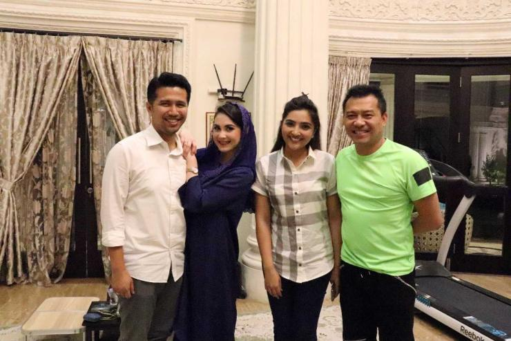 Calon Wakil Gubernur Jawa Timur Emil Dardak bersama sang istri Arumi Bachsin dan Anang Hermansyah bersama Ashanty