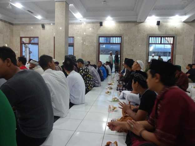 Persiapan buka puasa di Mushola Al Qomar, jalan Pura Demak, Kota Denpasar (Sumber: dokumen pribadi)