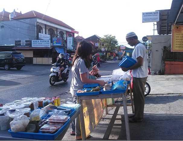 Salah satu penjual takjil di jalan Pura Demak, Kota Denpasar (Sumber: dokumen pribadi)