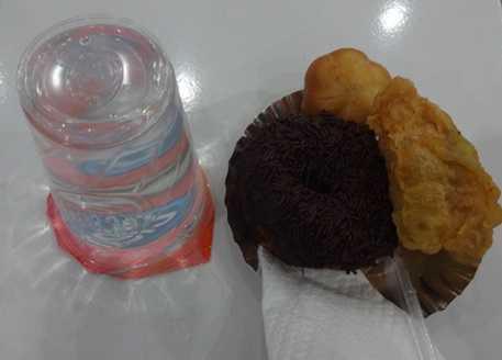 Takjil favorit dan gratis yang disajikan takmir Mushola Al Qomar, jalan Pura Demak, Kota Denpasar (Sumber; dokumen pribadi)