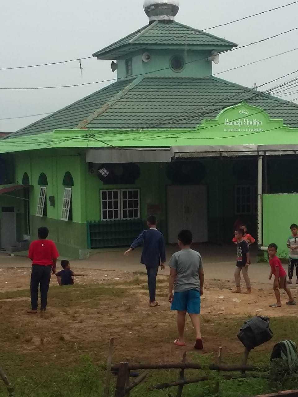 Pandangan pagi ini, main bola asyik di lapangan masjid (Dok.Pribadi)