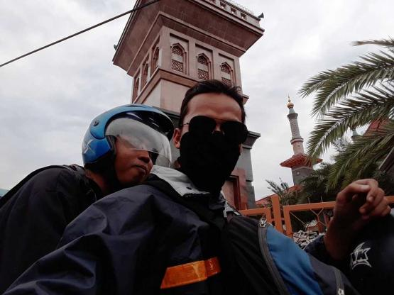 Saya dan Adi di depan Masjid Cirebon (Dok. Pribadi)