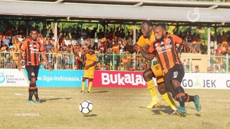 Perseru Serui menjamu Bhayangkara FC di Stadion Marora. Foto : LIB