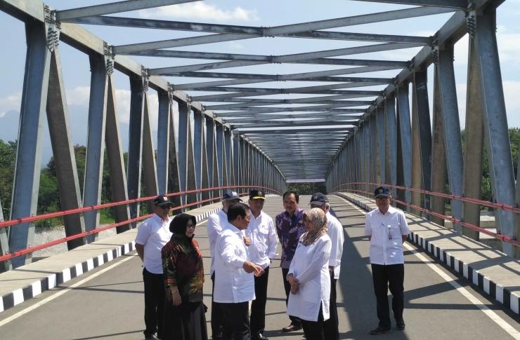 Sekretaris Kabinet RI, Menteri PUPR dan Menhub Meninjau Langsung Jembatan Wijaya Kusuma (foto: Luana Yunaneva)