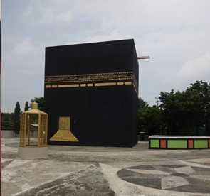 Berkunjung ke tempat wisata Miniatur Kabah yang terletak di Dringu Kabupaten Probolinggo (Sumber: dokumen pribadi)