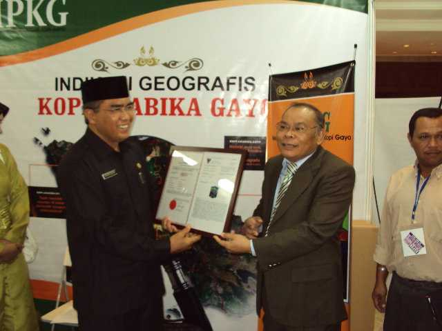 Gambar 2, Bupati Aceh Tengah dan Bupati Bner Meriah waktu itu, menerima Sertifikat IG Kopi Gayo dari Kemenkumham (Doc. FMT)
