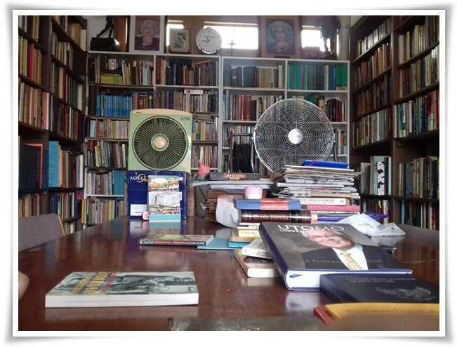 Meja diskusi di antara rak-rak buku (Dokpri)