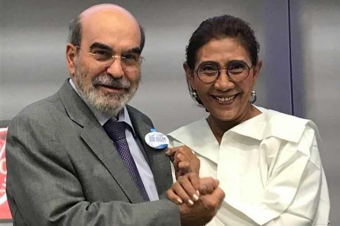 Direktur Jenderal FAO Jose Graziano da Silva menyalami Menteri Kelautan dan Perikanan Susi Pudjiastuti di sela-sela pencanangan Hari Internasional Perlawanan terhadap Penangkapan Ikan Ilegal, Tak Terlaporkan dan Liar di Markas FAO, Roma, Italia, Selasa (5/6/2018)