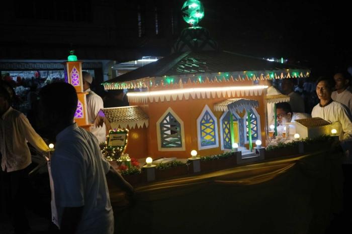 Miniatur masjid saat pawai takbiran di Belakangpadang, Batam. | Dokumentasi Pribadi
